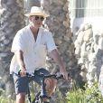 Exclusif - Pierce Brosnan et sa femme Keely Shaye Smith se baladent à vélo dans les rues de Malibu, le 24 juillet 2018