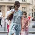Katie Holmes dans une jolie robe robe Zadig&Voltaire et sa fille Suri vont visiter le Louvre, à Paris, à l'occasion de leur voyage en France le 1er juillet 2018