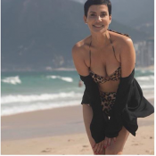 Cristina Cordula divine en bikini léopard à Rio de Janeiro
