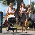 Exclusif - Candice Swanepoel profite d'une belle journée ensoleillée avec ses 2 fils, Anacã et Ariel et sa mère Eileen sur la plage de Espirito Santo au Brésil. Le 31 juillet 2018.