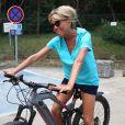 Semi Exclusif - La première dame Brigitte Macron sort faire une balade à vélo accompagnée de deux gardes du corps au Fort de Brégançon le 14 août 2018. © Dominique Jacovides / Cyril Moreau / Bestimage