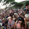 Illustration - Le Président de la République Emmanuel Macron et sa femme la Première Dame Brigitte Macron (Trogneux) ont participé à un pot de l'amitié suivi d'un bain de foule sur la place centrale du village de Bormes-les-Mimosas, le 17 août 2018. © Luc Boutria / Nice Matin / Bestimage