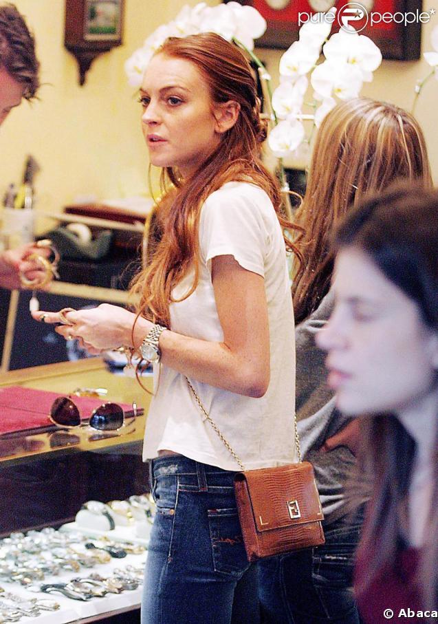 A Los Angeles dans un magasin de bijoux, Lindsay Lohan, a mauvaise mine...