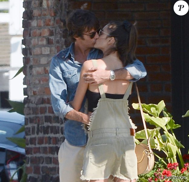 Exclusif - Alessandra Ambrosio et son compagnon Nicolo' Oddi s'embrassent dans les rues de Los Angeles. Les amoureux sont allés déjeuner dans un restaurant de la ville, le 13 août 2018.