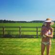Storm Keating, la femme de Ronan, a retrouvé la ligne un mois seulement après son accouchement. Elle pose ici avec leur fils Cooper dans leur maison de campagne. Photo publiée sur Instagram au mois de mai 2017