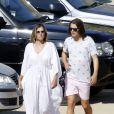 Exclusif - Liz Hurley arrive à la plage avec son fils Damian et son ex mari Arun Nayar à Mykonos en Grèce le 16 juillet 2018
