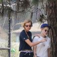 Exclusif - Stella Maxwell et sa compagne Kristen Stewart s'embrassent et se câlinent dans les rues de Los Angeles, le 20 août 2018.