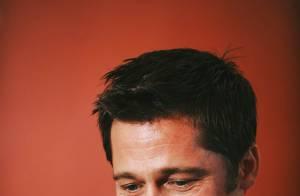 Brad Pitt est l'homme le plus fort du monde... Il porte un sumo à bout de bras ! Regardez !!!