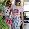 Laeticia Hallyday a déjeuné avec son agent Laurence Favalelli dans un restaurant de sushis à Los Angeles le 13 septembre 2018.