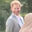 """Le prince Harry a été filmé par le journaliste Chris Ship d'ITV News en train de voler des samoussas lors de la réception organisée par Meghan Markle, duchesse de Sussex, au palais de Kensington le 20 septembre 2018 pour le lancement du livre de recettes qu'elle a préfacé, """"Together""""."""