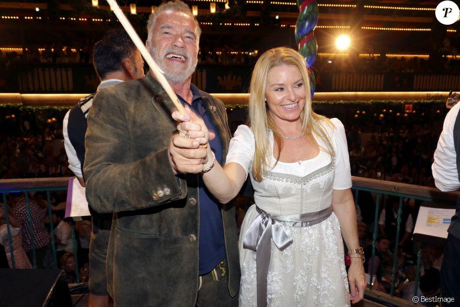 """Arnold Schwarzenegger et sa compagne Heather Milligan à la """"Fête de la Bière 2018 (Oktobertfest)"""" de Munich, le 22 septembre 2018."""