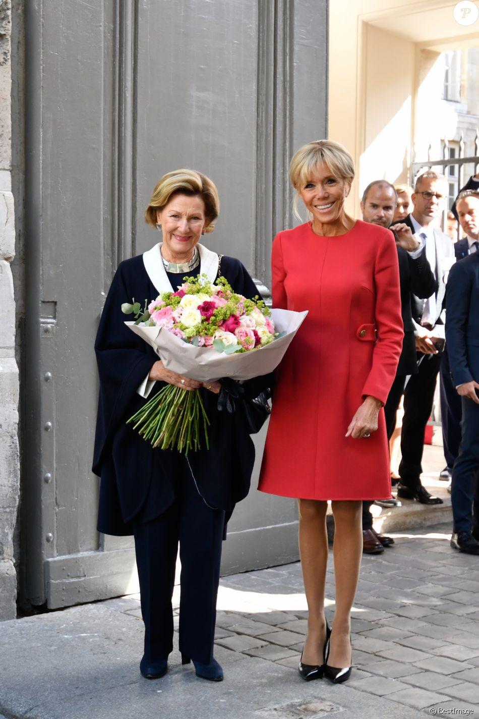 La reine Sonja de Norvège, la première dame Brigitte Macron au centenaire de la Section Norvégienne du Lycée Pierre Corneille à Rouen le 24 septembre 2018. Au programme : Signatures d'accords-cadres de coopération dans le domaine de l'éducation, de l'enseignement supérieur, de la recherche scientifique, de l'innovation, de l'industrie et de la culture; dévoilement de la statue offerte par la Norvège par Sa Majesté la Reine en présence de l'artiste, Espen Dietrichson; signature du Livre d'Or en présence des autorités et des élus. © Francis Petit / Bestimage
