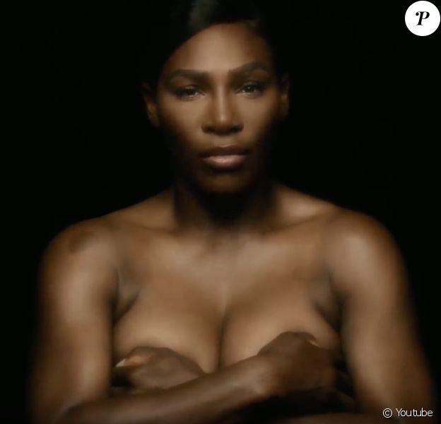 """Serena Williams chante """"I Touch Myself"""" du groupe The Divinyls pour le mois de sensibilisation sur le cancer du sein. Septembre 2018."""