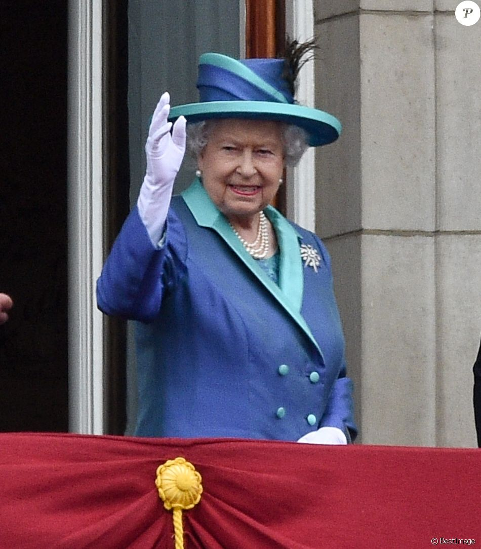 La reine Elisabeth II d'Angleterre - La famille royale d'Angleterre lors de la parade aérienne de la RAF pour le centième anniversaire au palais de Buckingham à Londres. Le 10 juillet 2018