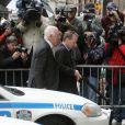 """""""Kiefer Sutherland quitte les bureaux de la police, accompagné de son avocat."""""""