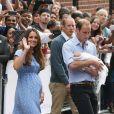 La duchesse Catherine de Cambridge (Kate Middleton) portait une robe Jenny Packham bleue pour sa sortie de la maternité de l'hôpital St Mary le 23 juillet 2013 après la naissance du prince George de Cambridge.