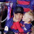 Neymar et son fils Davi Lucca da Silva Santos - FC Barcelone s'est imposé 2-0 face au FC Séville et remporte la Coupe du Roi pour la deuxième année consécutive. Barcelone, le 23 mai 2016.