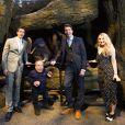 James Phelps, Warwick Davis, Oliver Phelps et Evanna Lynch lors de la visite de la Forêt Interdite dans le Warner Bros. Studio Tour London - The Making of Harry Potter, près de Londres, le 28 mars 2017.