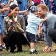 Le prince Harry, duc de Sussex et sa femme Meghan Markle, duchesse de Sussex (enceinte) sont accueillis par des élèves australiens à leur arrivée à Dubbo en Australie dans le cadre de leur première tournée officielle, le 17 octobre 2018.