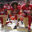 De gauche à droite, les joueurs des 49ers de San Francisco, Eli Harold (58), Colin Kaepernick (7) et Eric Reid (35) s'agenouillant durant l'hymne national américain avant un match contre Dallas en octobre 2016.
