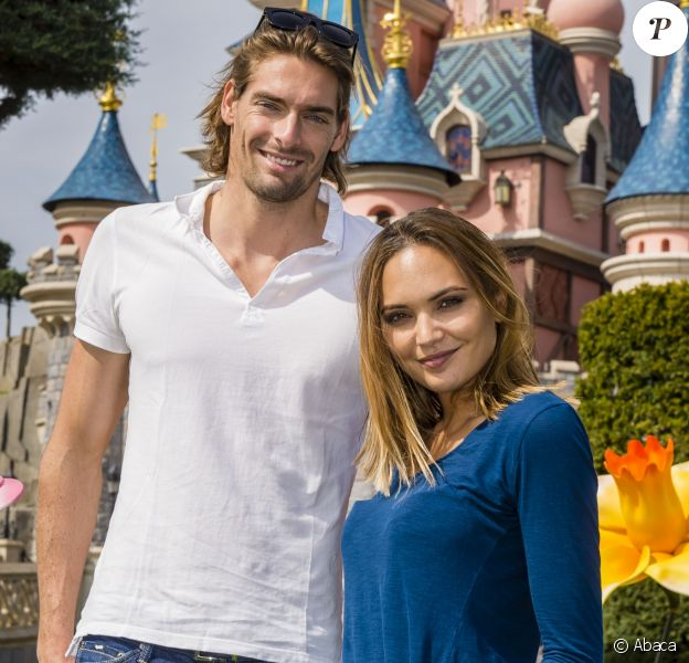 Camille Lacourt et Valérie Begue à Disneyland Paris le 12 avril 2015.