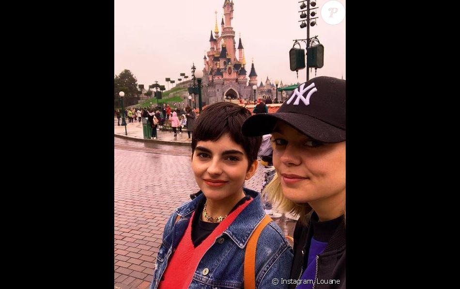 Louane et sa soeur Louise ont passé la journée à Disneyland Paris, le 22 octobre 2018