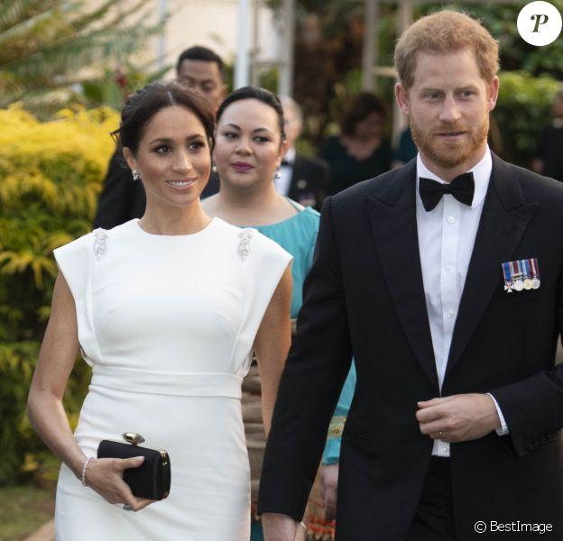 Le prince Harry, duc de Sussex, et Meghan Markle, duchesse de Sussex (enceinte) à la Maison consulaire de Tonga le premier jour de leur visite dans le pays, le 25 octobre 2018.