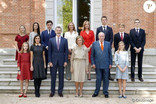 La reine Sofia d'Espagne entourée de sa famille pour fêter ses 80 ans, le 2 novembre 2018 au palais de la Zarzuela à Madrid. Autour d'elle au premier rang : la princesse Leonor des Asturies, la reine Letizia, le roi Felipe VI, le roi Juan Carlos Ier et l'infante Sofia ; au 2e rang : Irene Urdangarin, Victoria Federica et Felipe Froilan de Marichalar, l'infante Elena, l'infante Cristina, Juan Valentin, Miguel et Pablo Urdangarin.