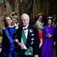 Laura Mattarella au bras du roi Carl XVI Gustaf de Suède lors du dîner officiel donné au palais Drottningholm à Stockholm le 13 novembre 2018 pour la visite officielle du président italien Sergio Mattarella et sa fille Laura.