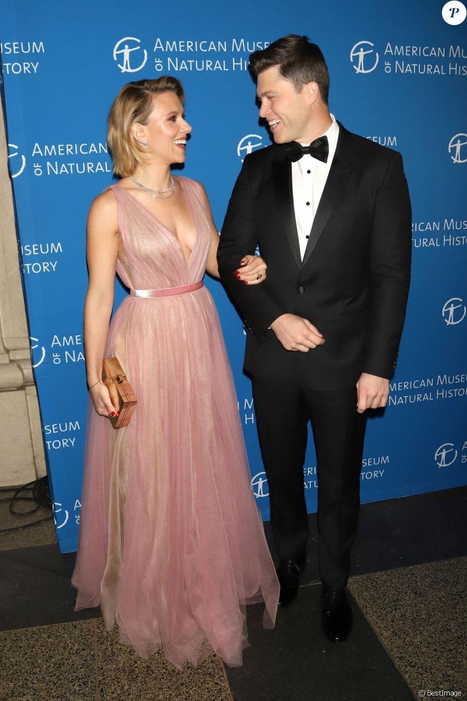 """Scarlett Johansson et son compagnon Colin Jost au photocall de la soirée """"2018 American Museum of Natural History Gala"""" à New York, le 15 novembre 2018."""