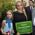 Chloé Mons, veuve d'Alain Bashung, et leur fille Poppée en juin 2012 lors de l'inauguration d'un square baptisé d'après le défunt chanteur dans le 18e arrondissement de Paris.