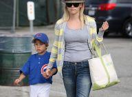 Reese Witherspoon montre à son fils qu'il faut mouiller le maillot !
