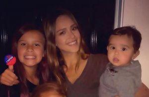 Jessica Alba : Premier portrait de famille kitsch à cinq pour les fêtes