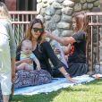 Jessica Alba enceinte et son mari Cash Warren passent la journée au parc de Coldwater avec leurs enfants Honor et Haven à Beverly Hills, le 1er octobre 2017