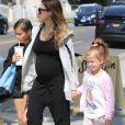 Jessica Alba, enceinte se promène avec ses enfants Haven et Honor à West Hollywood le 30 septembre 2017.