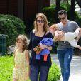 Jessica Alba, son mari Cash Warren et leurs filles Honor et Haven rencontrent Jaime King, son mari Kyle Newman et leur fils James lors d'une après-midi au parc à Beverly Hills, le 29 mars 2014.