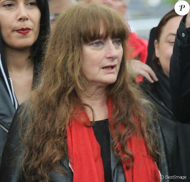 Maud Sinet, fille de Maurice Sinet (le dessinateur Siné), lors des obsèques de son père et de sa mère Anik le 11 mai 2016 au cimetière de Montmartre à Paris. Maud Sinet est morte, emportée par le cancer, le 20 novembre 2018.