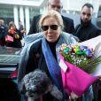 Exclusif - Sylvie Vartan arrive en compagnie de son chien Muffin, au théâtre Royal de Mons en Belgique pour donner un concert en hommage à Johnny Hallyday. Belgique, Mons, 18 novembre 2018.