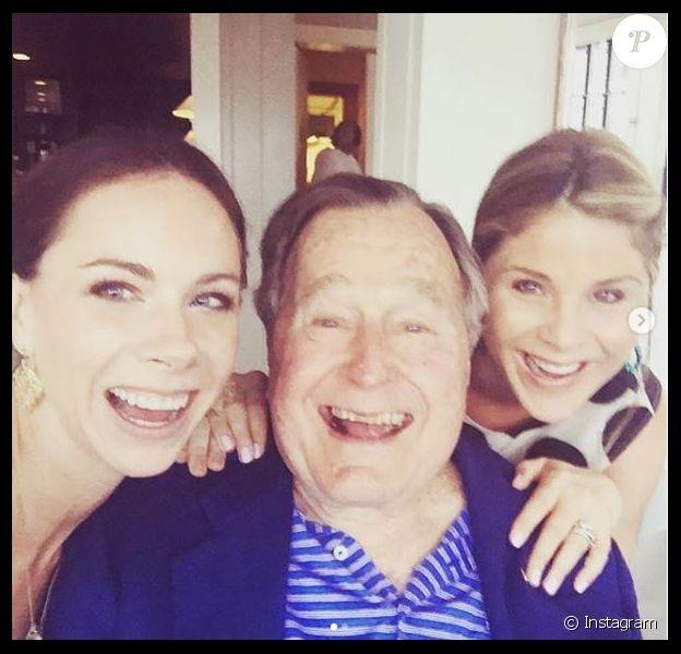 George H.W. Bush entouré de ses petites-filles Jenna et Barbara Bush, photo publiée sur Instagram par Jenna après la mort de l'ancien 41e président des Etats-Unis, le 30 novembre 2018 à 94 ans.