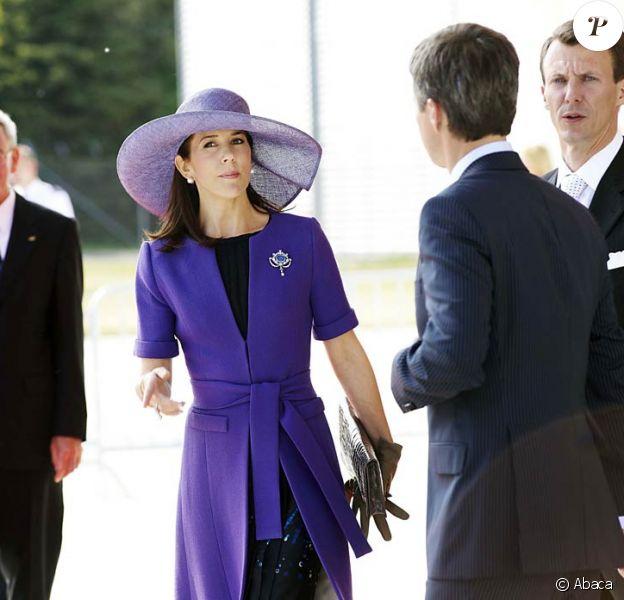 Mary de Danemark, son beau-frère le prince Joachim et son mari le prince Frederik (de dos) accueillent le couple présidentiel grec.