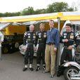 Joachim de Danemark assiste à une course de vieilles voitures en Suède