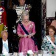 La reine Margrethe II de Danemark lit son discours en l'honneur de ses invités, le président grec (à sa droite) et sa femme (à sa gauche).