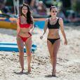 Lottie Moss (en bikini rouge) et son amie Emily Blackwell se relaxent sur une plage de la Barbade le 8 décembre 2018.