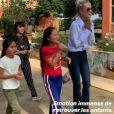 Laeticia Hallyday en visite dans la première école construite par son association La bonne étoile à Ba Vi, l'un des districts d'Hanoï, avec ses deux filles Jade et Joy, Hélène Darroze, cofondatrice de l'association et ses deux filles Charlottte et Quiterie.