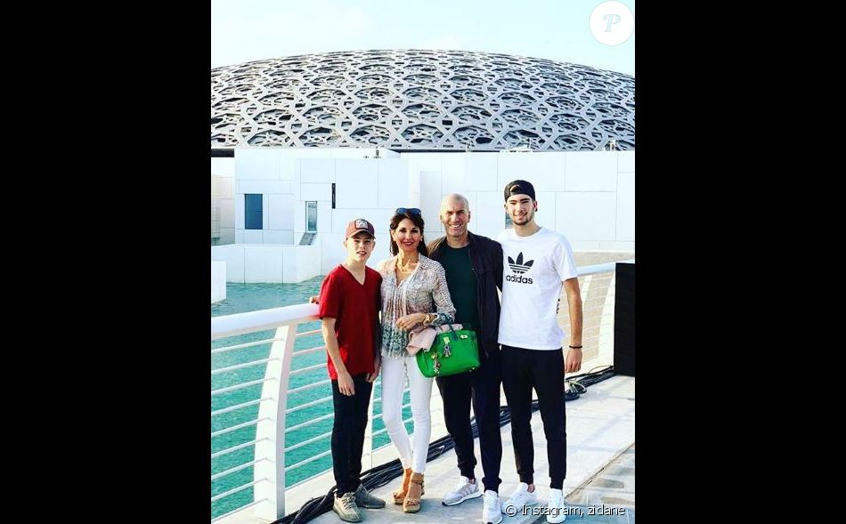Zinédine Zidane avec sa femme Véronique et leurs fils Elyaz et Théo après leur visite du Louvre de Dubaï le 25 décembre 2018.