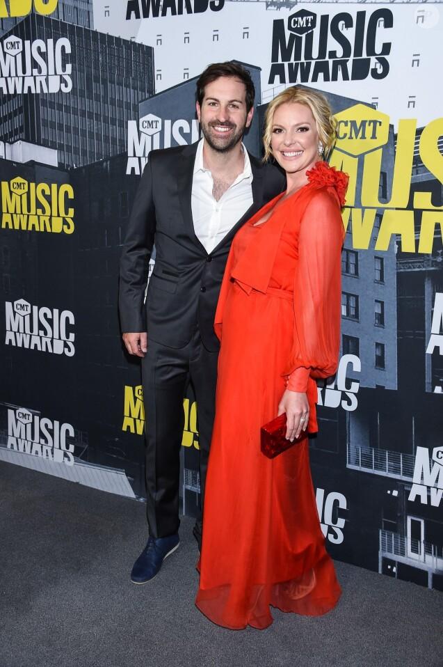Josh Kelley, sa femme Katherine Heigl lors des ''2017 CMT Music awards'' au Music City Center à Nashville, le 7 juin 2017.