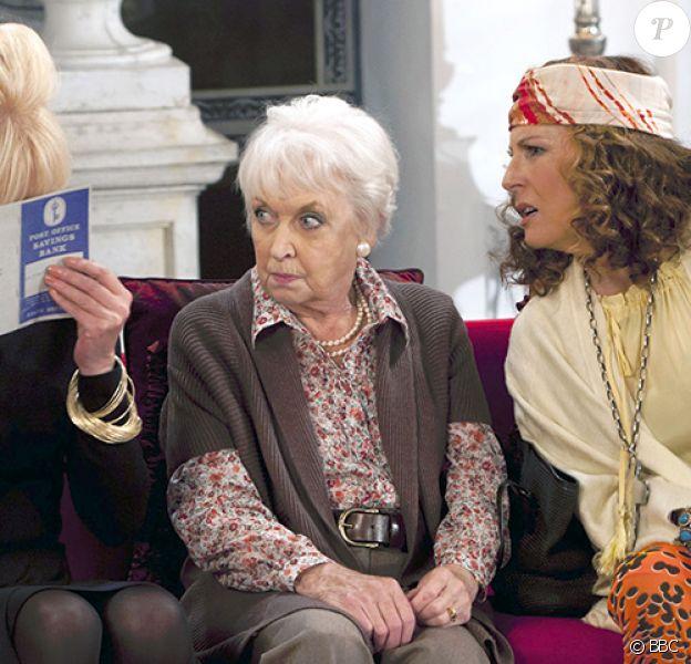 "June Whitfield entourée de Joanna Lumley et Jennifer Saunders dans ""Absolutely Fabulous"" en 2012."