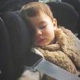 Annily, fille d'Alizée et Jérémy Chatelain, filme son demi-frère Forest en plein sommeil, le 30 décembre 2018.