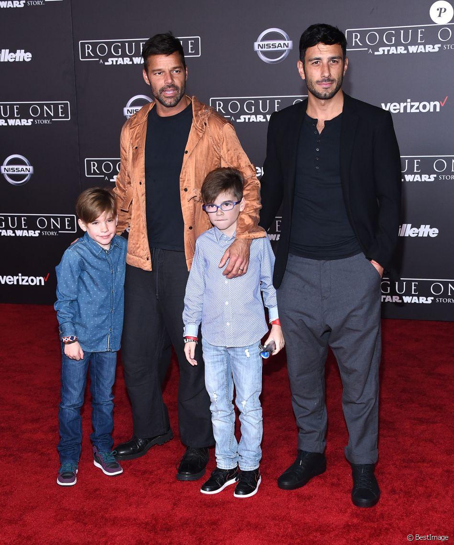 """Ricky Martin avec son fiancé Jwan Yosef et ses enfants Matteo et Valentino Martin à la première de """"Rogue One: A Star Wars Story"""" à The Pantages à Hollywood, le 10 décembre 2016"""