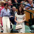 Meghan Markle en Ralph Lauren dans la royal box à Wimbledon le 14 juillet 2018 avec Kate Middleton. L'Américaine en a surpris plus d'un en pantalon large et chemise légèrement oversize, un ensemble pointu qui contraste avec le style plus classique de sa belle-soeur.
